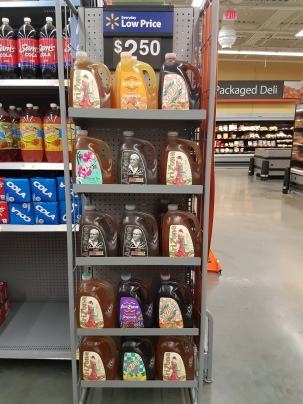 Eistee in großen, ungewöhnlichen Flaschen