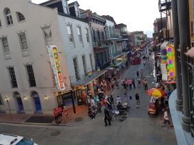 Sicht vom Balkon auf die Bourbon Street