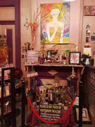 Voodoo Altar für eine Loa die für Romantik & Beziehung zuständig ist