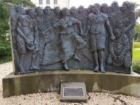 """Denkmal für den Umstand das hier Personen gestattet wurden """"Sie selbst"""" zu sein"""