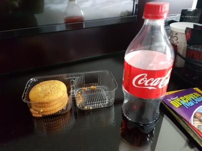 2 weiche Kekse und Coke - Con-Ende Frühstück